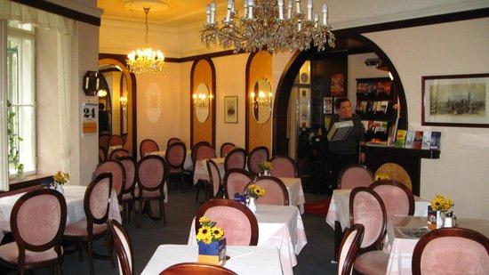Pension Neuer Markt: Breakfast room and lobby