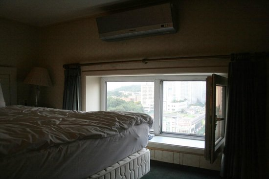 Hotel Landmark: 1402: Bedroom with a bed near to the window and low ceiling