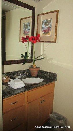 Aston Kaanapali Shores: Small bathroom vanity area.