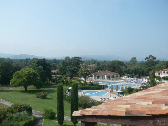 Pierre & Vacances Résidence Les Parcs de Grimaud : Blick auf den Pool vom Balkon unseres Appartments