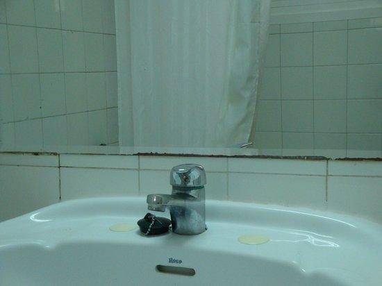 Hostal Paco: Baño 2ª habitación.