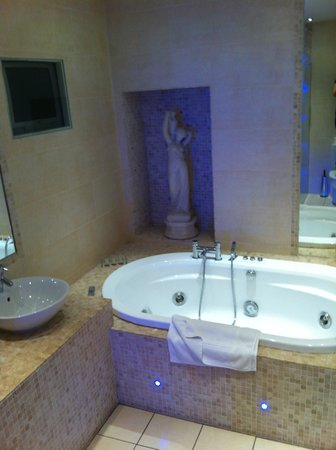 Headfort Arms Hotel: BIG Jacuzzi tub with TV