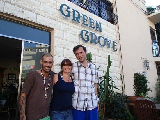 Green Grove Guest House: сын хозяйки и мы у входа