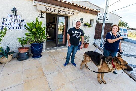 Le Maset : Il fronte dell'hotel, con il simpaticissmo Francois e il cane @