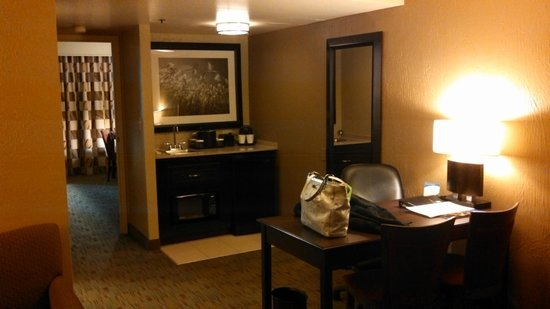 Embassy Suites by Hilton Columbus: wet bar