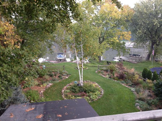 Rock River Inn: Beautiful backyard view from balcony