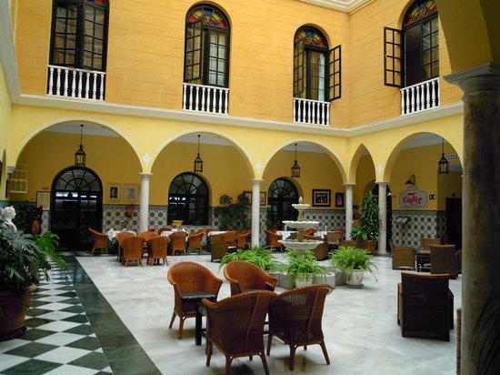 Senator Cadiz Spa Hotel: Patio cubierto central