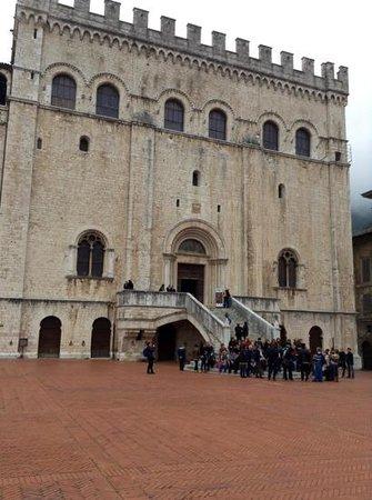Palazzo dei Consoli Museo Civico : facciata principale del palazzo