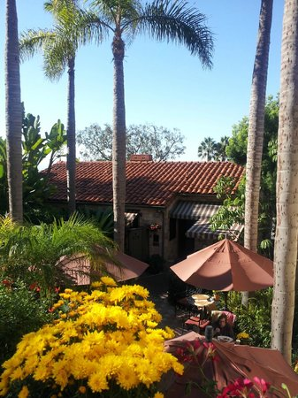 Casa Laguna Inn & Spa: View looking down at the breakfast patio