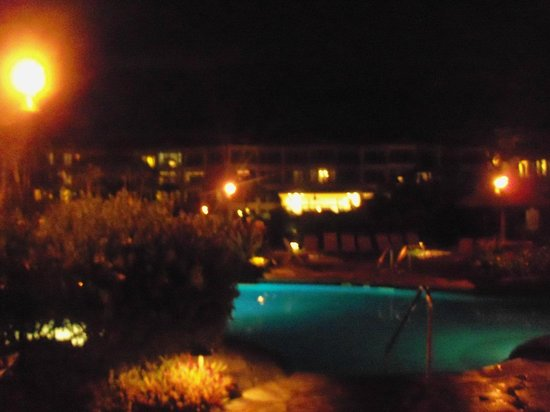 Waipouli Beach Resort: pool area at night