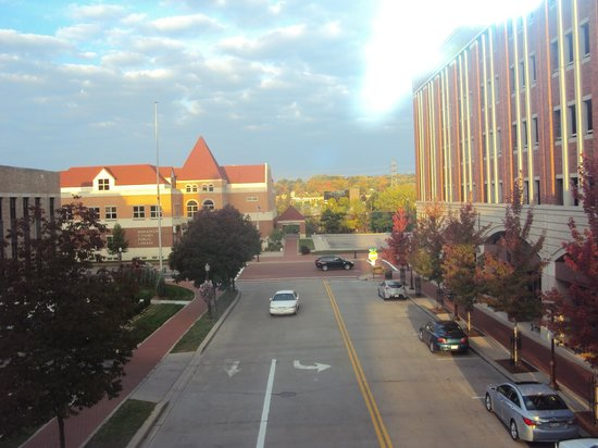 Jefferson Street Inn: View from walkway btwn parking lot and hotel