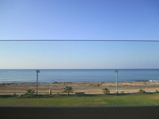 Piere Anne Beach Hotel: перегородка посередине-это стекло на балконе
