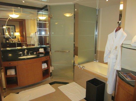 The Ritz Carlton  Tokyo  Deluxe bathroom. Deluxe bathroom   Picture of The Ritz Carlton  Tokyo  Minato