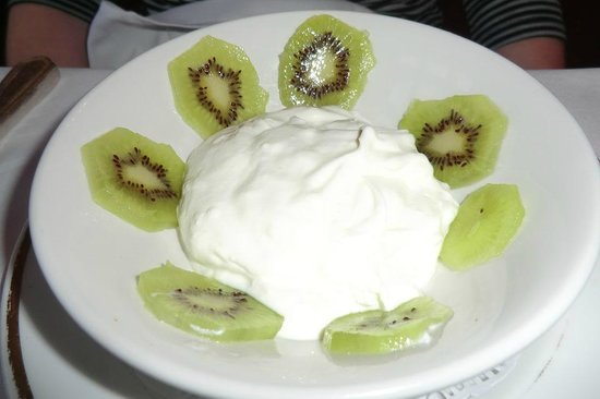 Corse Lawn House Hotel: Kiwi fruit and home-made yoghurt