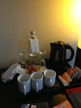 Leonardo Hotel Berlin: kit di benvenuto (una bottiglia d'acqua) e bollitore