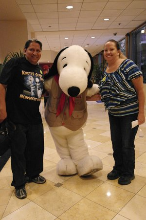 Knott's Berry Farm Hotel: . taking pictures with a Knotts Berry Farm host Snoopy