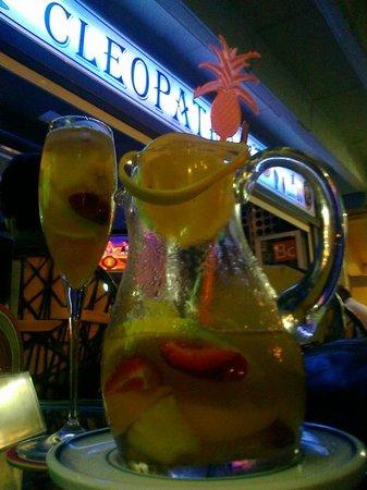 "Pub Cleopatra: ""Champagne sangria"""