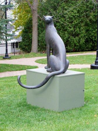"""Leigh Yawkey Woodson Art Museum: Bronze sculpture in sculpture garden """"Sitting Cheetah"""" - Gwynn Murrill"""