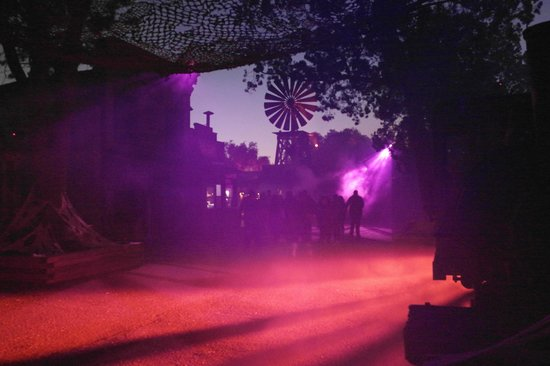 Knott's Berry Farm Hotel: zombies and monsters and ghouls are lurking in the shadows
