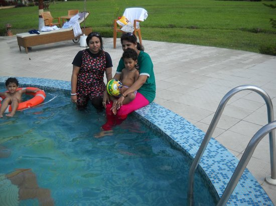 Dreamland Dooars: family in pool