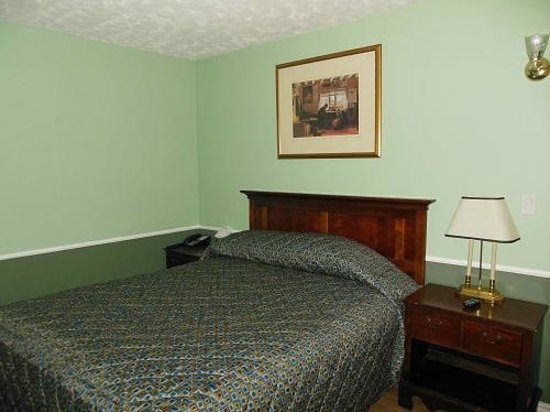 Motor Court Motel: room