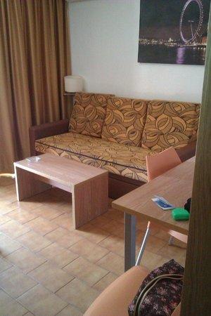 Apartamentos Levante Club: Zona estar- sofá cama