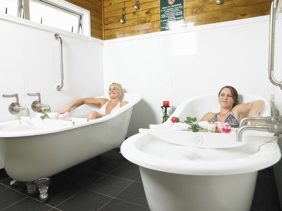 Te Aroha Mineral Spa: Choose to from our slipper baths or wooden tubs