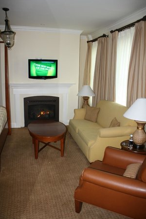 The George Washington A Wyndham Grand Hotel : Jr. Suite living room area