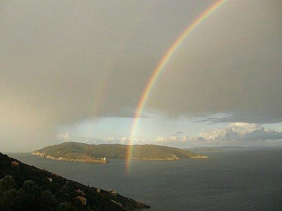La Bourdonniere: L'ile du Levant sous l'arc-en-ciel, merci à Fr. Cap.