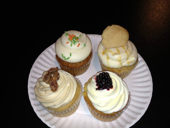 Pearl's Cupcake Shoppe: Maple, Mango Blackberry, Deep Dish Apple Pie and Carrot