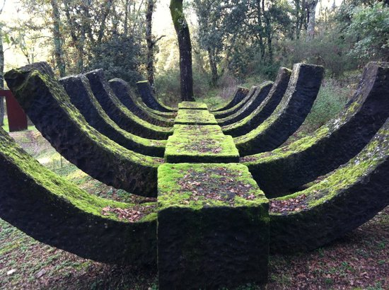 Parco Sculture Del Chianti : Scheletro di pietra