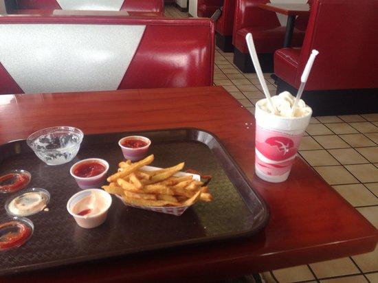 Polar Queen Drive Inn: Shake and fries