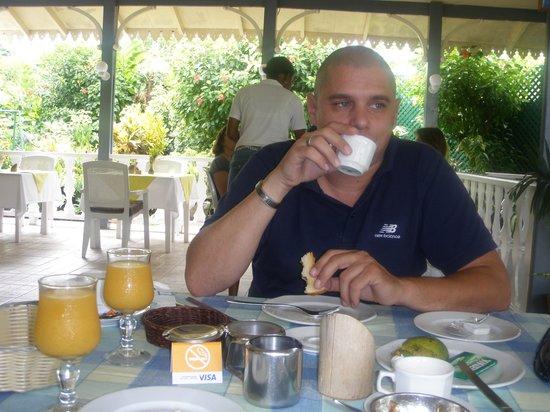 Auberge D'Anse Boileau : breakfast in the garden