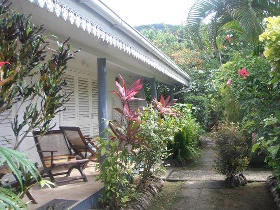 Auberge D'Anse Boileau : viale in giardino