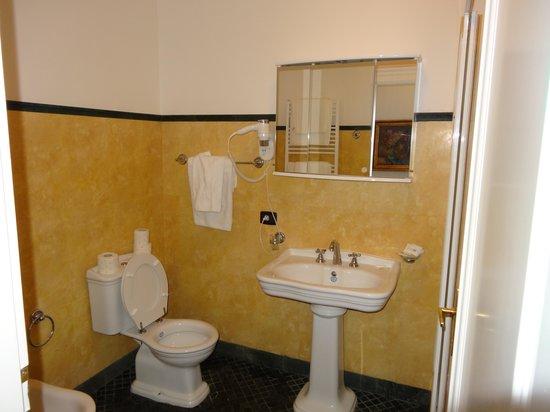 Hotel Leon D'Oro: salle de bain