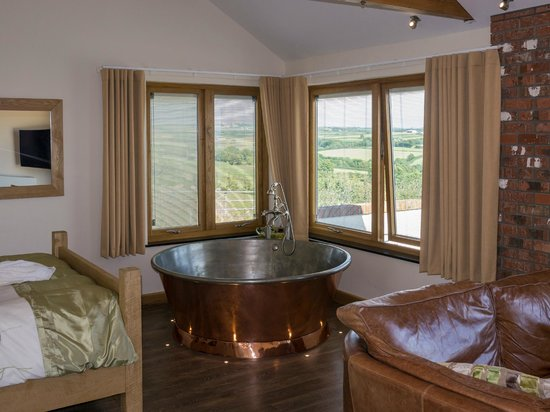 Wooldown Holiday Cottages: We loved the giant copper hot tub