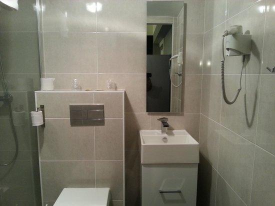 salle d 39 eau picture of hostellerie le chene dore la loupe tripadvisor. Black Bedroom Furniture Sets. Home Design Ideas
