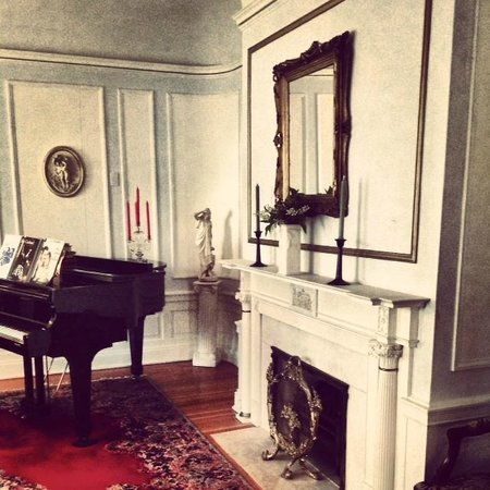 Olcott House Bed and Breakfast Inn : piano room