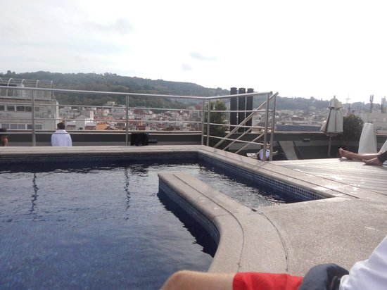 Barcelona Universal Hotel: roof top pool