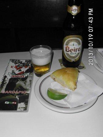 Beirute: Esfirra e cerveja exclusiva do bar.