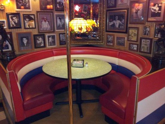 Fuddruckers: Corner booth.