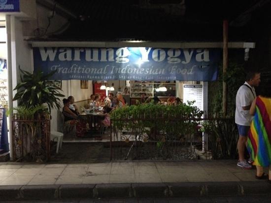 Warung Yogya : Een van de weinige goede warungs in de buurt van Jl. Padma.