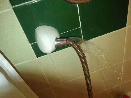 Salutation Hotel: shower pipe water leaking