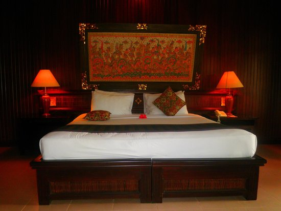 Hotel Tjampuhan & Spa : OUR BED