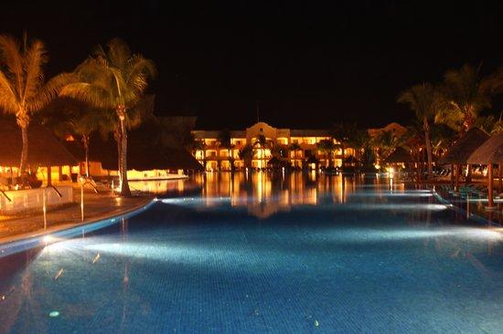 Barcelo Maya Palace: Pool at night