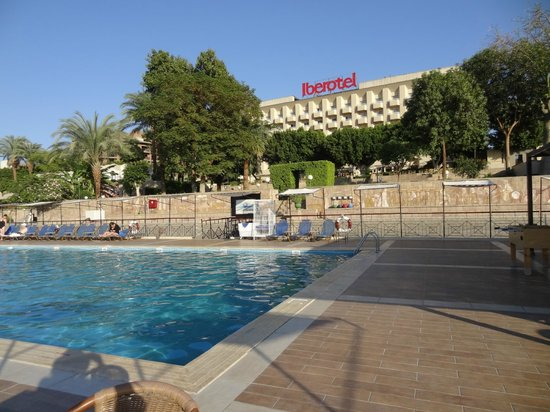 Iberotel Luxor: Vista do hotel da piscina