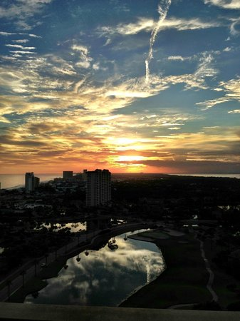 Sandestin Golf and Beach Resort: Sunset view from rooftop of Luau