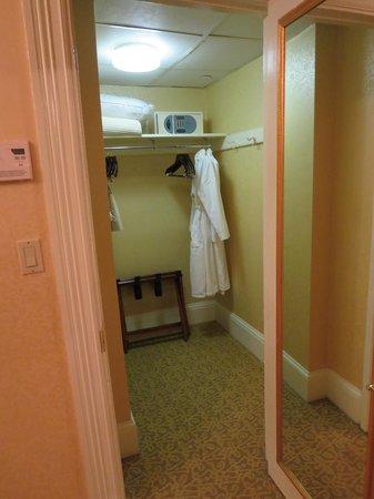 Lenox Hotel : Walk-in Closet (with hotel bathrobes)