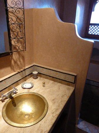 رياض تايبا: Lavabo et douche de la salle de bain