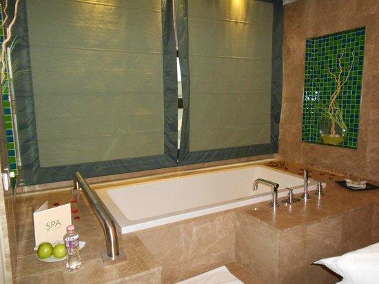 Four Seasons Hotel Gresham Palace: Belle baingoire en marbre